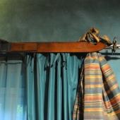 Camera delle curiosita: dettaglio tende con vecchi sci